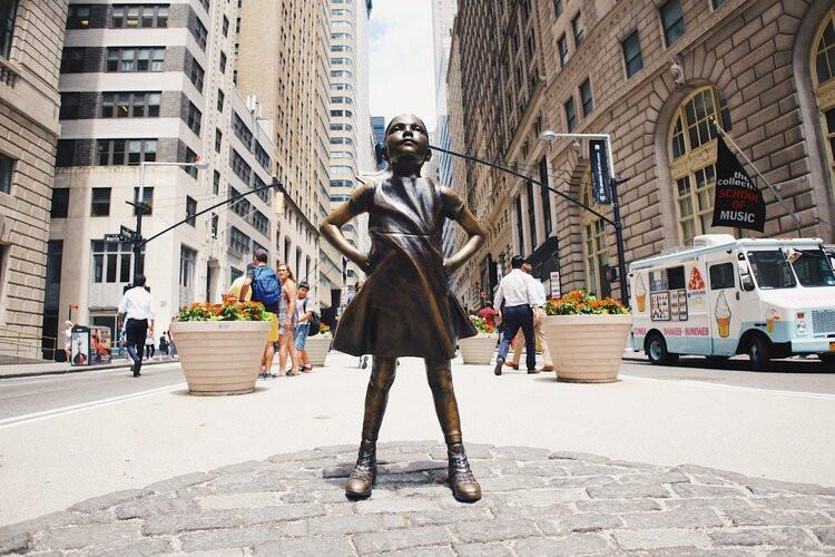 Saiba + sobre as 10 empresas com maior participação feminina na Bolsa (Foto: Images Squarespace CDN)