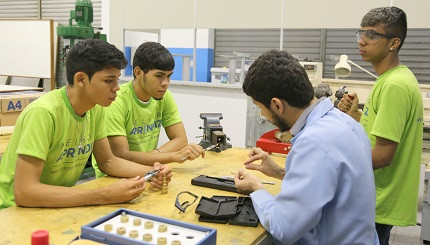 Jovens aprendizes conseguem contratação efetiva após bom desempenho