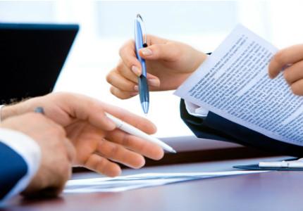 Pessoas assinando contratos
