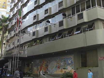 Fachada da Câmara de Florianópolis com pessoas circulando na frente