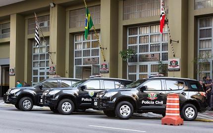 Carros da Polícia Civil de São Paulo em frente a sede da corporação