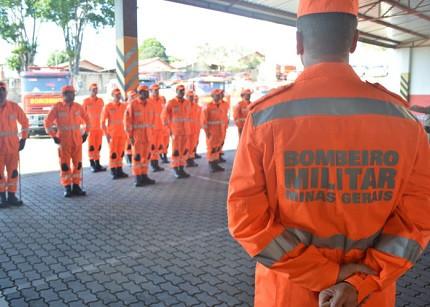 Bombeiros de Minas Gerais em fila