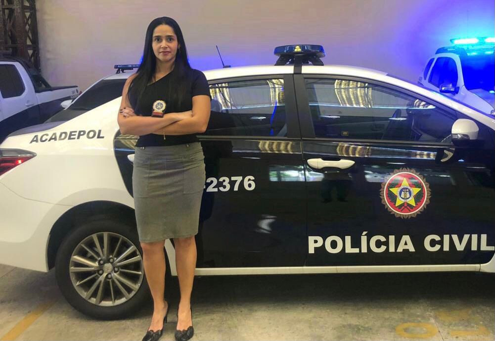Diretora da Acadepol em frente a uma viatura da Polícia Civil do Rio