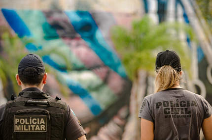 Policial militar e policial civil do Rio de Janeiro