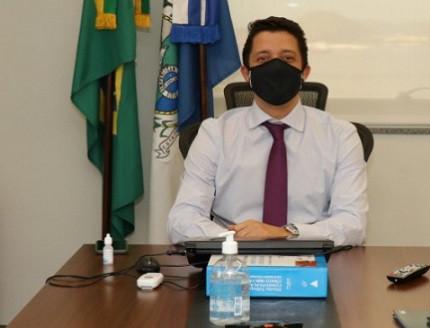 Procurador-geral do Estado em sua mesa de trabalho