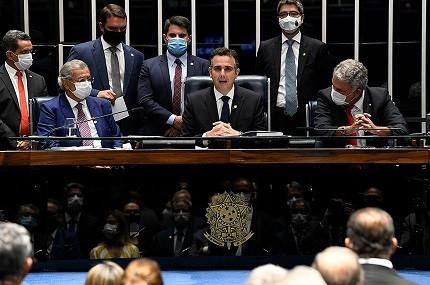 Senador Rodrigo Pacheco (ao centro) é eleito novo presidente do Senado Federal