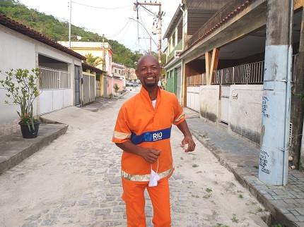 Valdo Luís viralizou nas redes sociais ao trabalhar com bom humor e dançar enquanto varria as ruas do Rio de Janeiro.