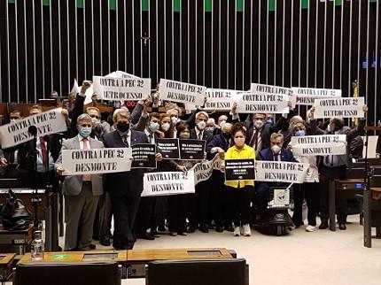 Deputados protestam contra a Reforma Administrativa no Plenário da Câmara