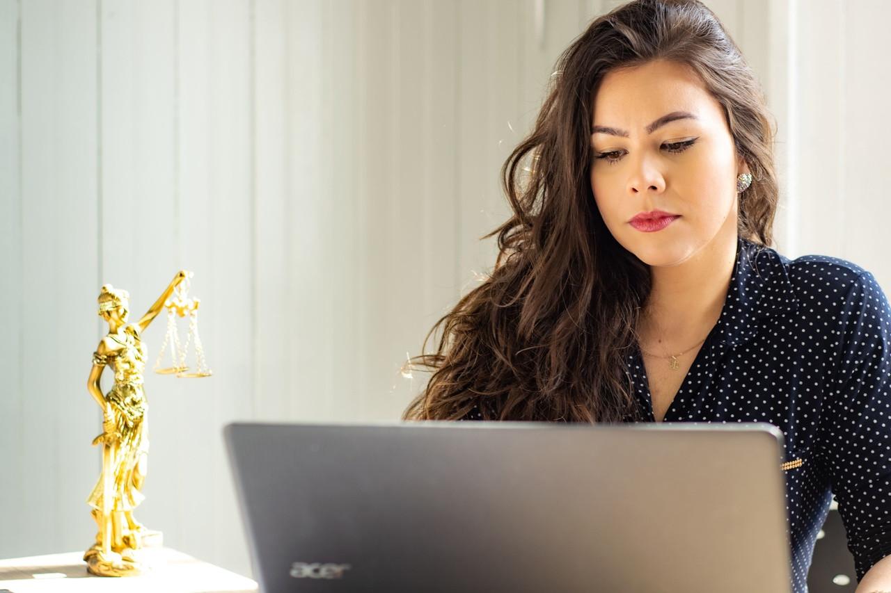 mulher no computador _ prazo não comparecimento OAB