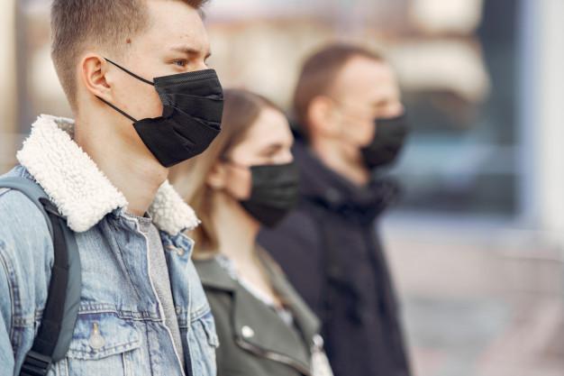 Pessoas com máscara descartável _prova OAB 2021