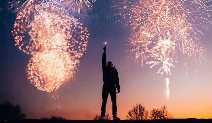 Comemorando a aprovação em concurso (Foto: Pexels)