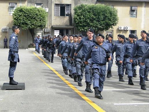 Policias militares perfilados e marchando